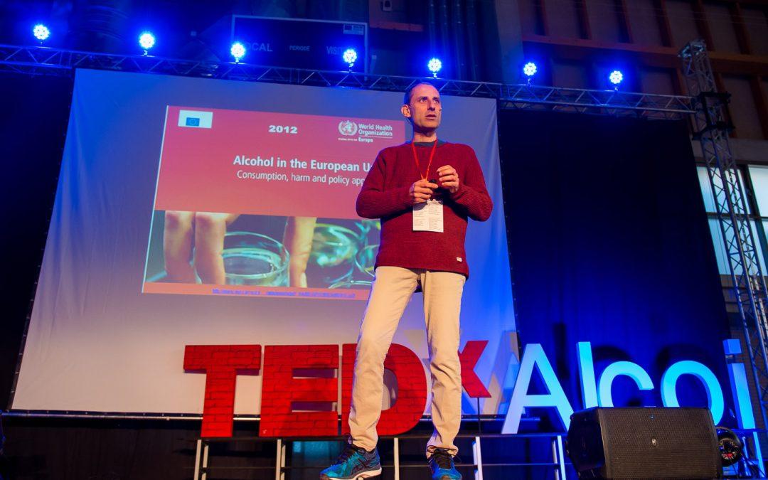 ¿Es sana esa «copita de vino» diaria? | Julio Basulto | TEDxAlcoi